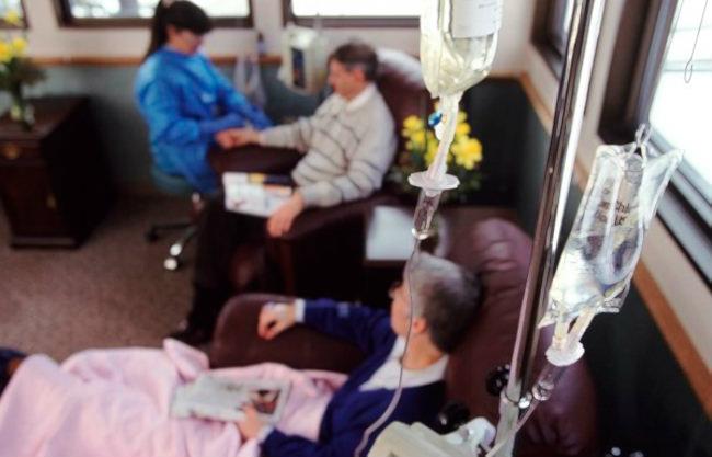 пациенты в комнате химиотерапии