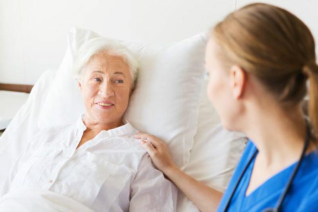 врач и женщина с лимфомой желудка