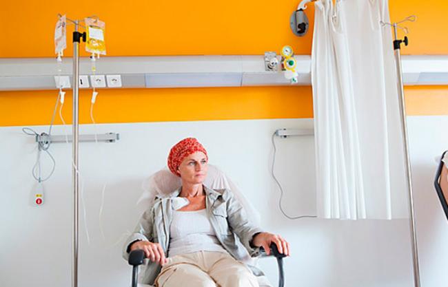 женщина проходит химиотерапию
