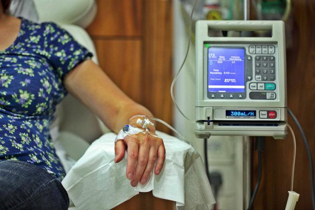 пациентка проходит сеанс химиотерапии