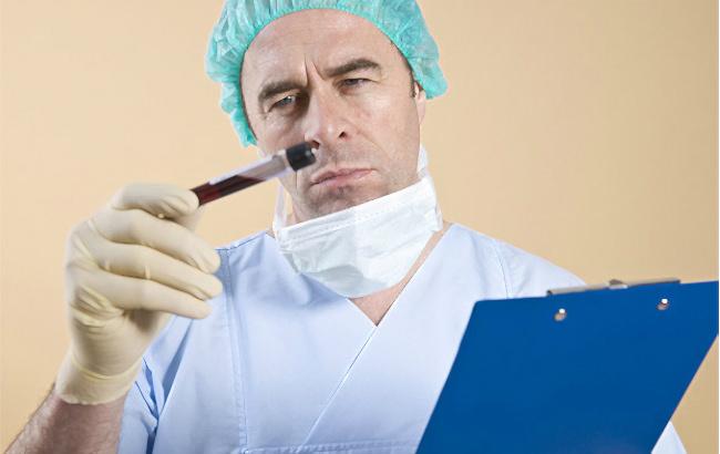 врач с пробиркой крови