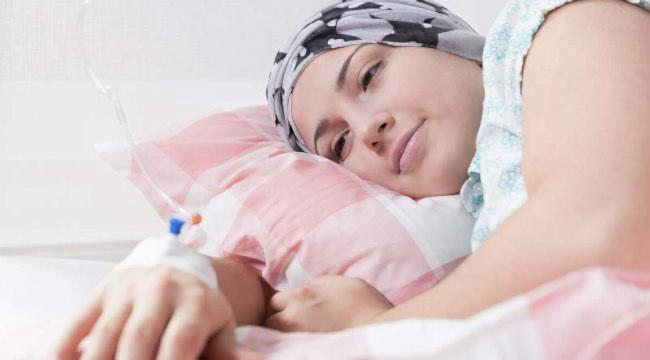 женщина с раком груди проходит химиотерапию