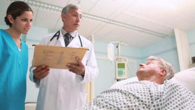 больной раком слушает прогноз врача