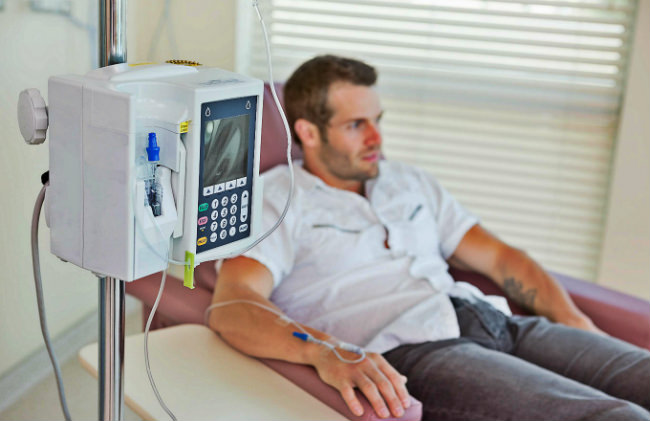 мужчине делают химиотерапию