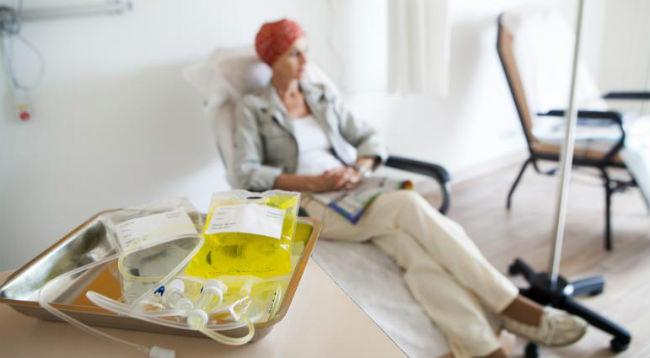 женщине делают химиотерапию