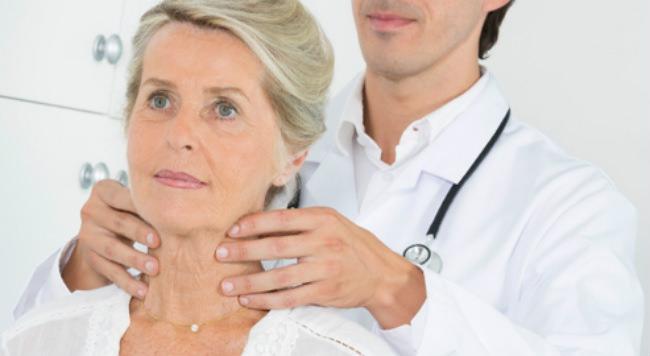 доктор ощупывает лимфоузлы