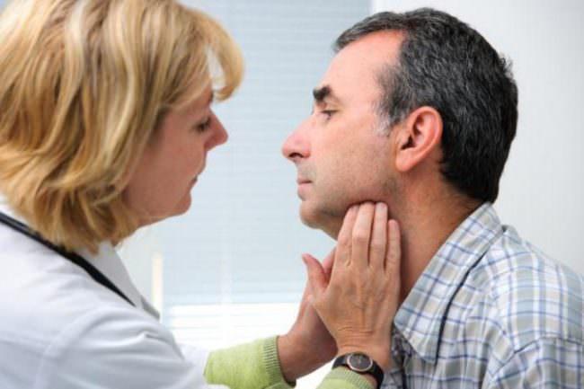 онколог осматривает лимфоузлы