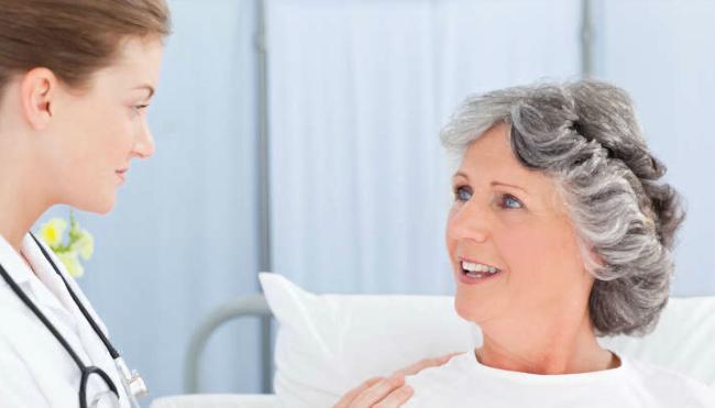 пациентка и врач-онколог