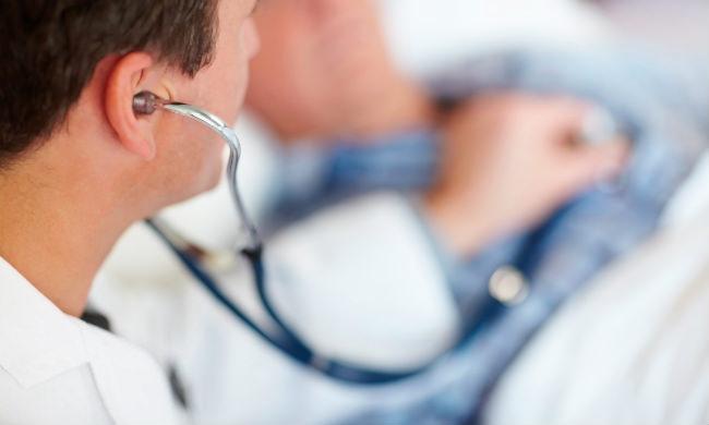 врач слушает пацента с раком печени