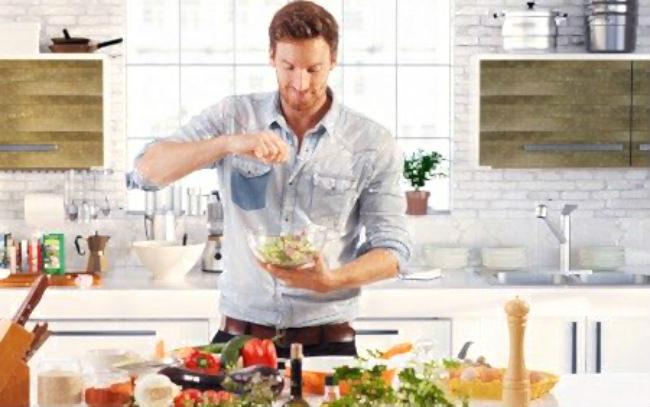 мужчина готовит салат