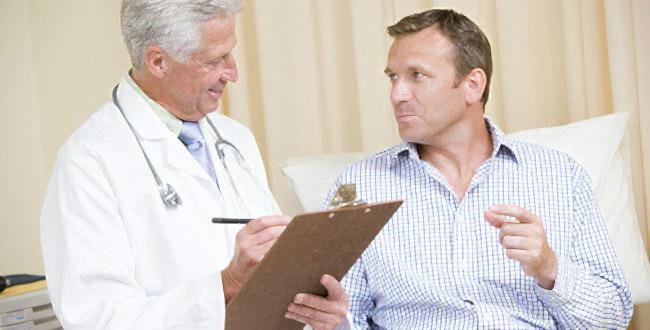 врач выписывает мужчине лекарства