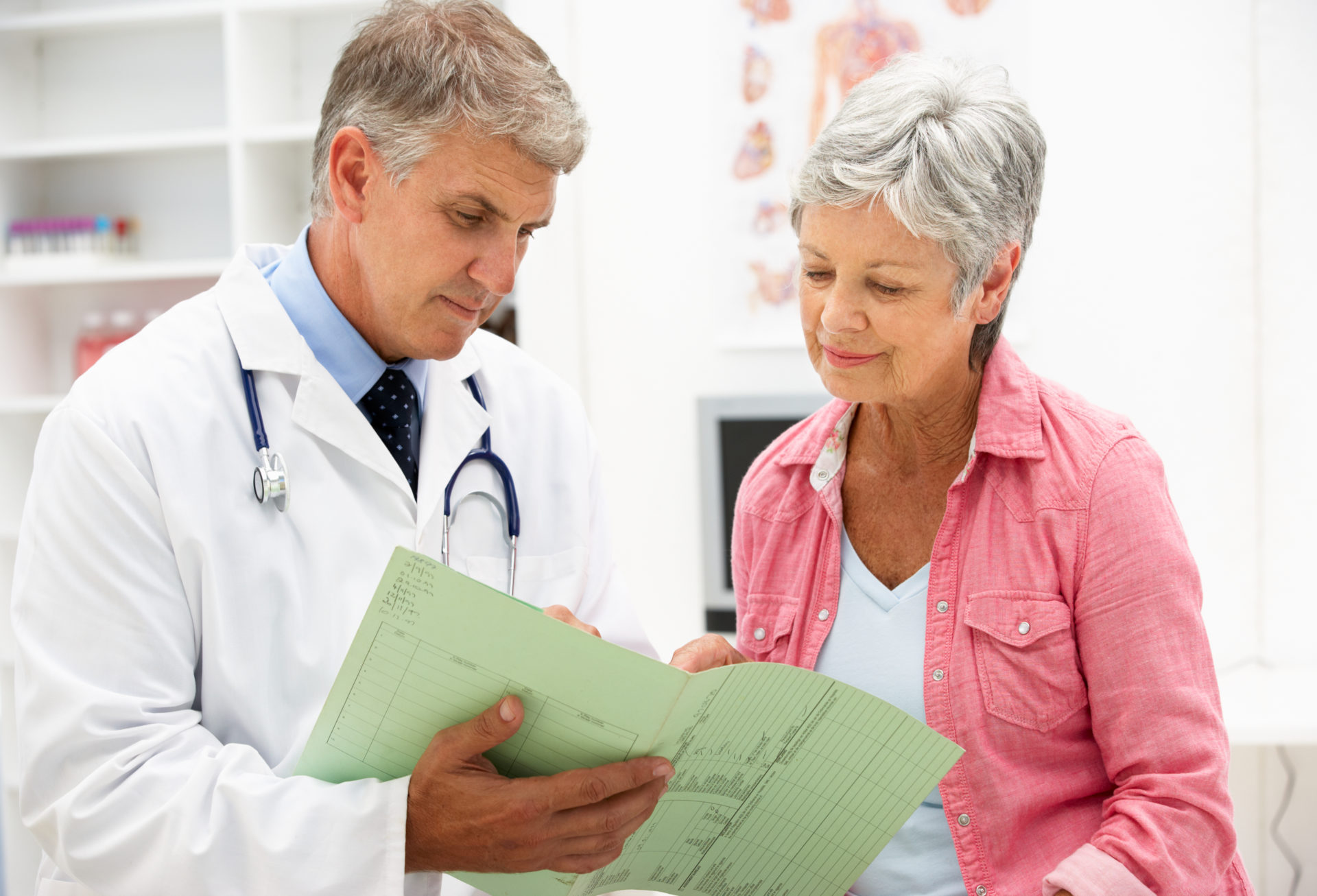 Пожилая женщина у доктора