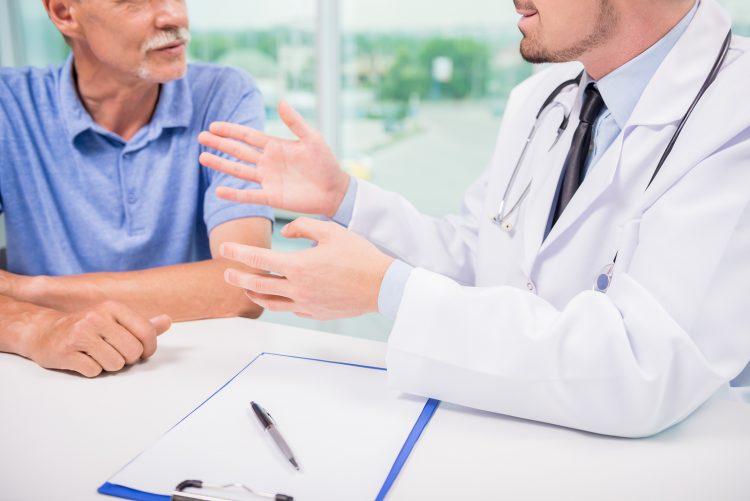 Доктор и пациент беседуют