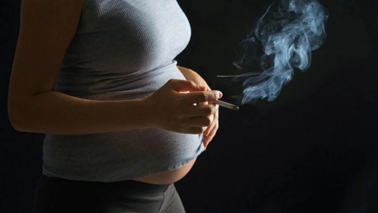 Беременная курит