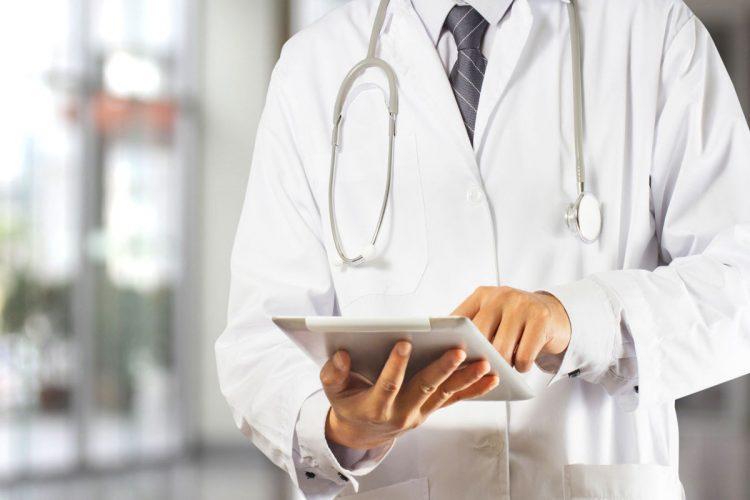 Доктор пользуется планшетом