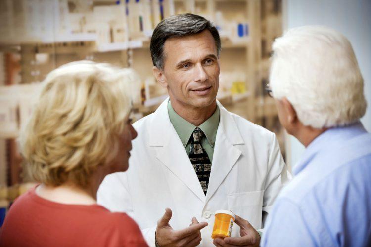 Доктор дает лекарства больному