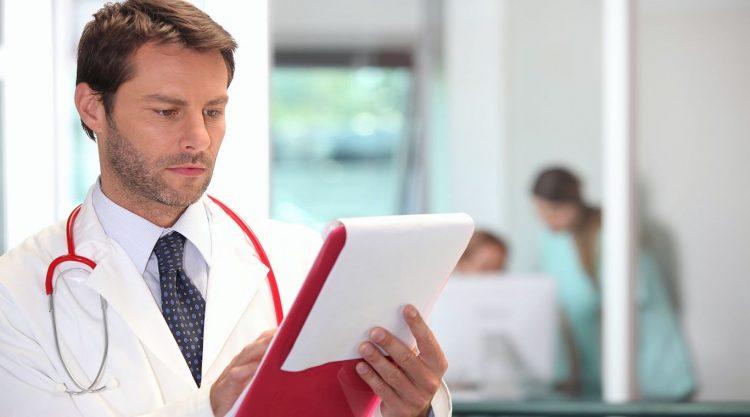 Доктор смотрит результаты анализов