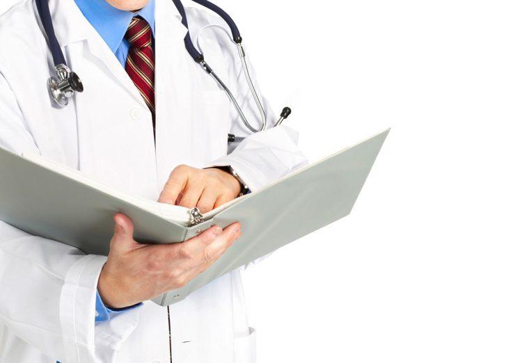 Доктор смотрит справочник