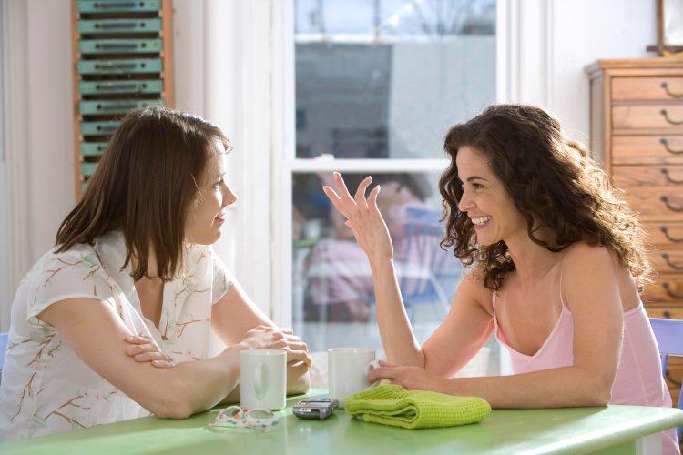 Девушки общаются