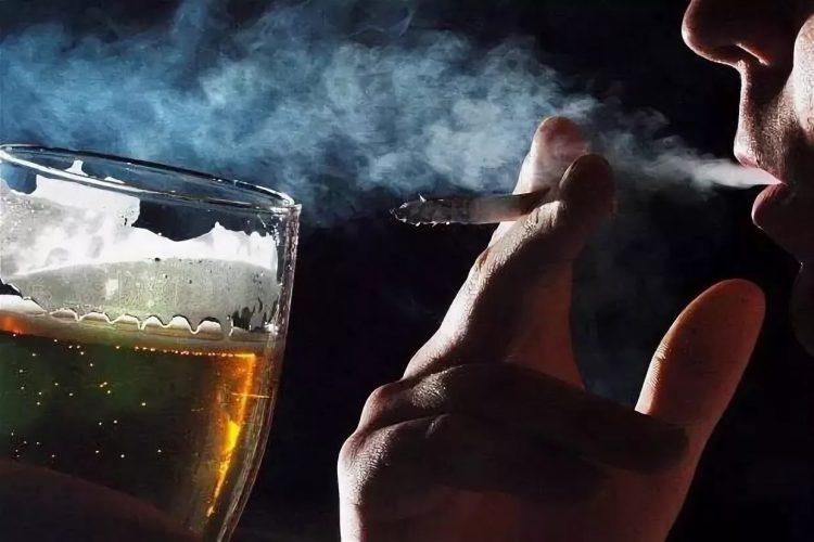 Мужчина курит и пьет