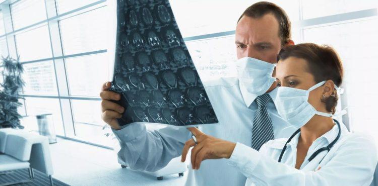 врачи смотрят снимок мозга