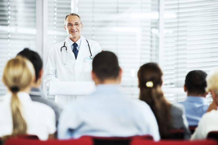 Доктор рассказывает студентам
