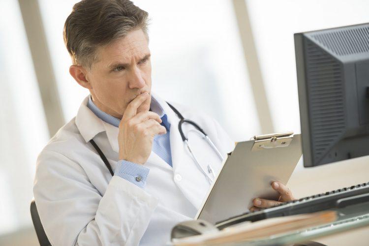 Доктор смотрит историю болезни