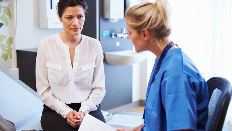 Гинеколог консультирует пациентку