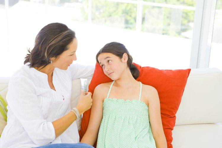 Мать говорит с дочерью