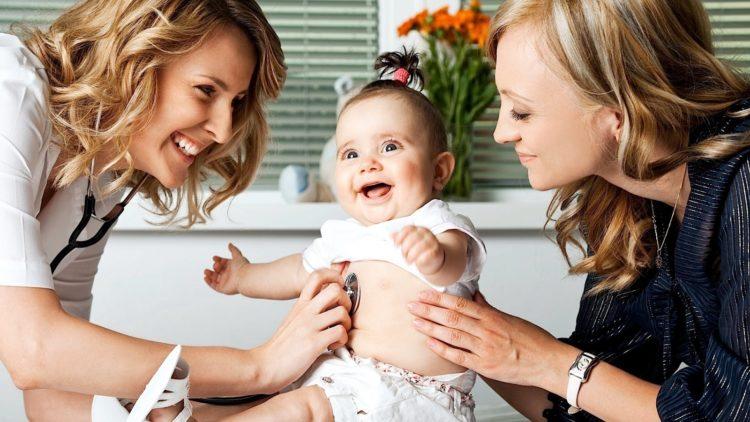 мама с ребенком у доктора на приеме