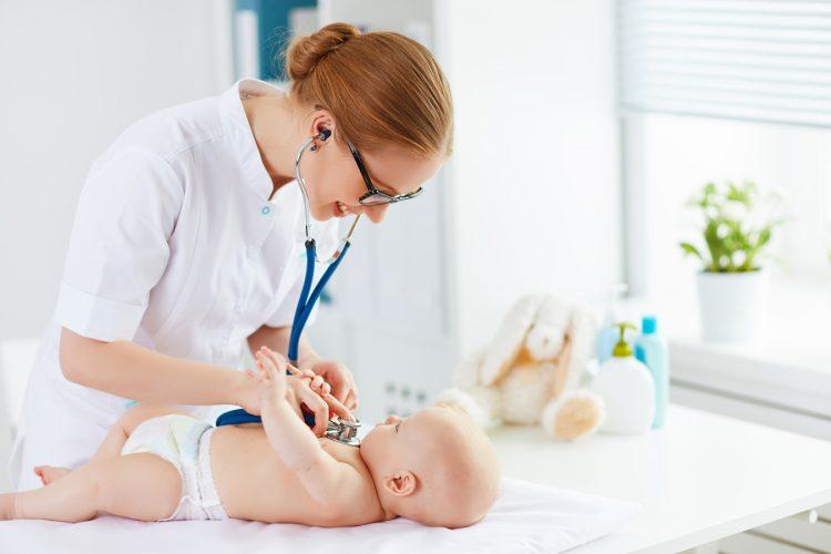 Осмотр доктором младенца