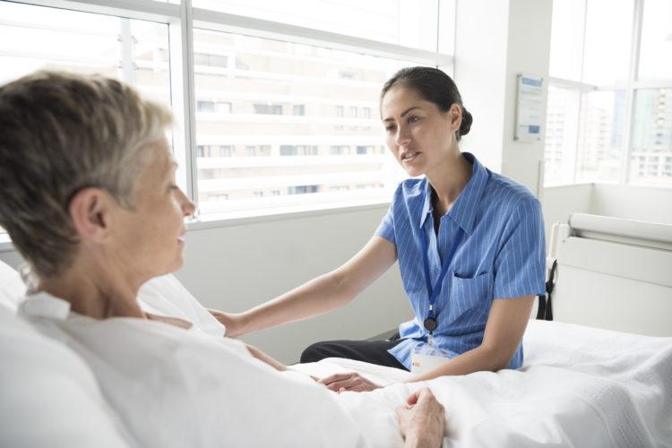 женщина говорит с медсестрой
