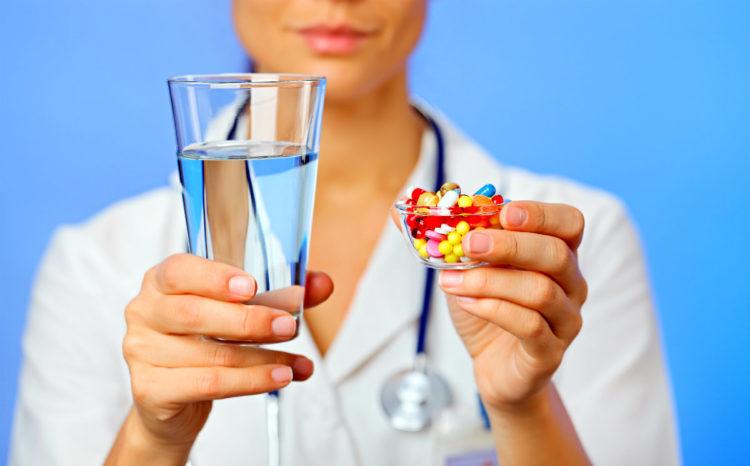 медработник предлагает медикаменты