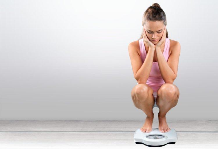 Снижением веса
